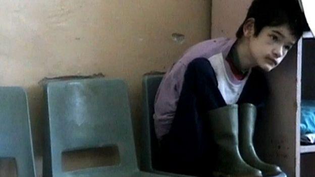 """Asqueroso comunismo /30 años de la revolución en Rumania: la macabra historia de los """"huérfanos de Ceausescu"""" y qué enseñó su tragedia a la ciencia so _110277805_160407162044_huerfano_chico_esquina_624x351_bbc_nocredit"""