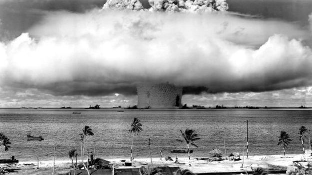 Hongo nuclear en atolón de Bikini.