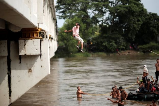 Algunos optaron por lanzarse al río.