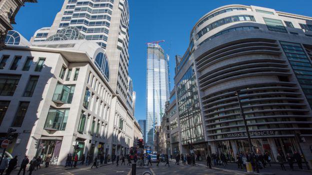 Calle con edificios altos