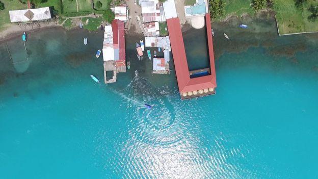 Toma aérea del Lago de Coatepeque, El Salvador.
