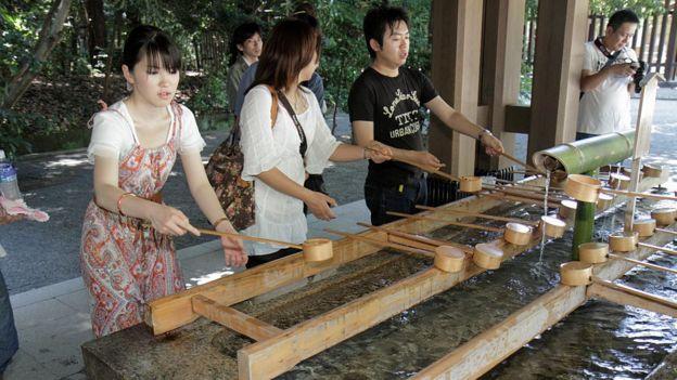 Shinto tapınaığndaki temizlik.