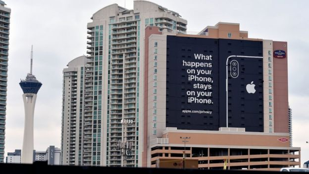 "Apple colocó un cartel en Las Vegas que dice: ""Lo que pasa en tu iPhone, se queda en tu iPhone""."