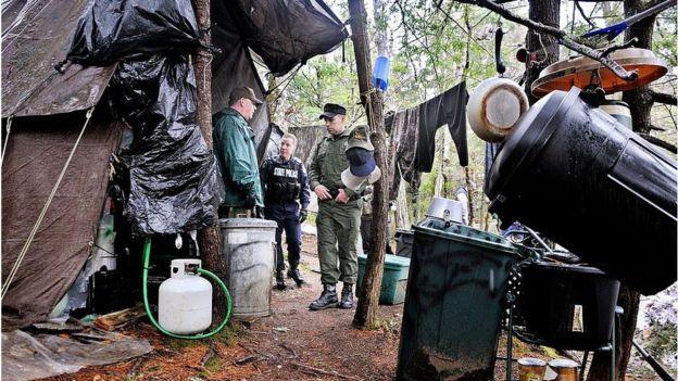 Policiais no acampamento de Knight