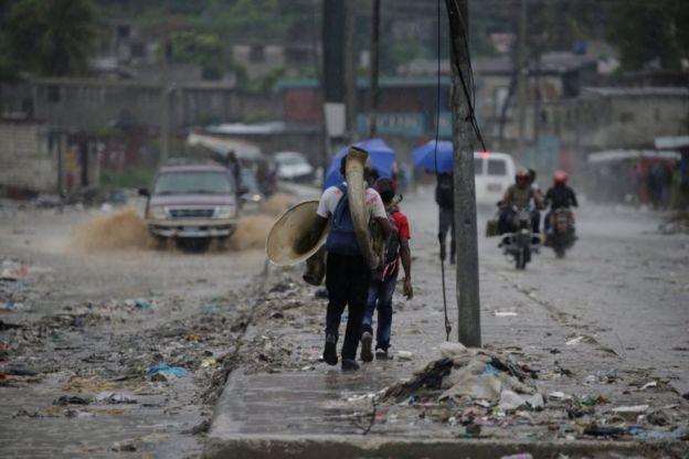 Transeúntes en una avenida de Puerto Príncipe.