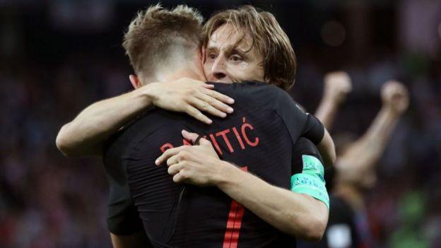戰爭兒童之間的擁抱:莫德里奇和拉基蒂奇慶祝擊敗英格蘭隊。