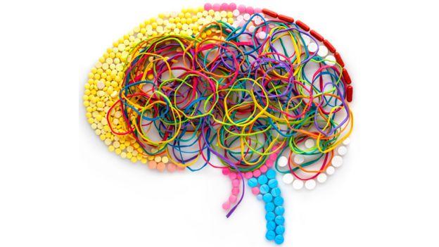 Cerebro con bandas elásticas.
