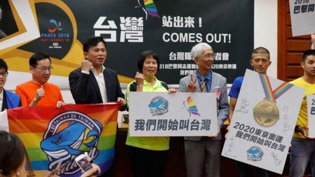 台灣立委黃國昌(左三)、前奧運選手紀政(左四)以及游泳運動員遊坤義(右一)等人髮起公投。