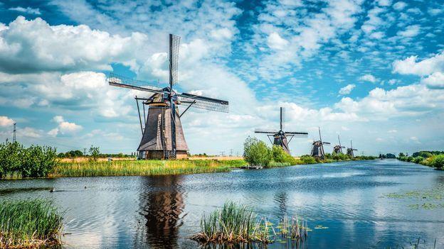 تحمي هولندا سواحلها من المحيط بشبكة من طواحين الهواء والقنوات والسدود والحواجز والكثبان الرملية
