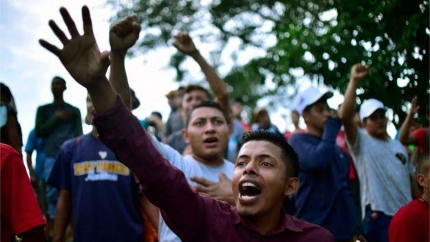 Migrantes hondureños alientan a compatriotas en la frontera.