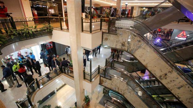 Interior del shopping después de la explosión.