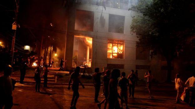 El Congreso Nacional de Paraguay en llamas.