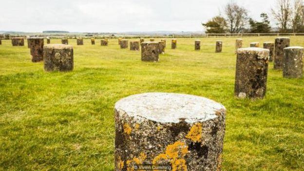 现代的石头标记着这一区域的另一处古迹——巨木阵的柱子位置所在