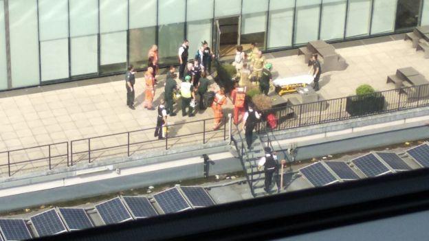 Спасатели и полицейские на балконе