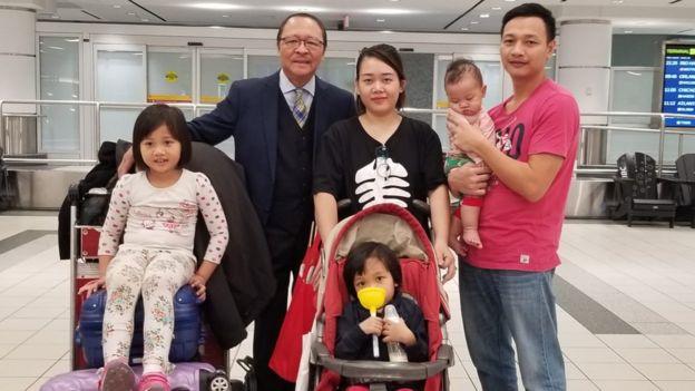 Nghệ sỹ Nam Lộc cùng gia đình Bạch Hồng Quyền tại sân bay Toronto