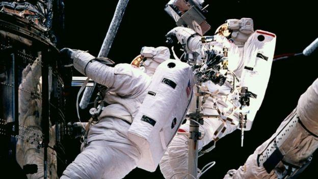 Un astronauta reparando el Telescopio Espacial Hubble en la misión STS 82 en 1997.