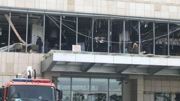 El restaurante localizado en el segundo piso del hotel Shangri-La quedó destrozado por una de las bombas.