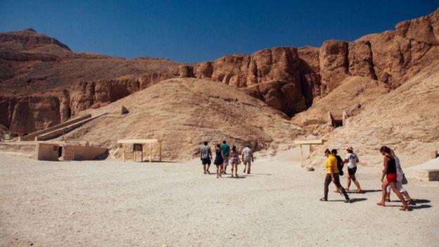 Туристы у гробницы в Долине Царей в Египте