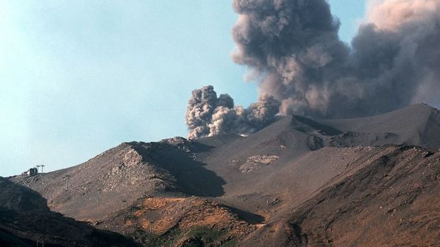 Жизнь на склоне вулкана подразумевает, что рано или поздно может наступить момент, когда твой дом или твой ресторан проглотит огненная лава (на снимке - извержение 2001 года, слева внизу - здание семейного ресторана, которое в итоге уцелело