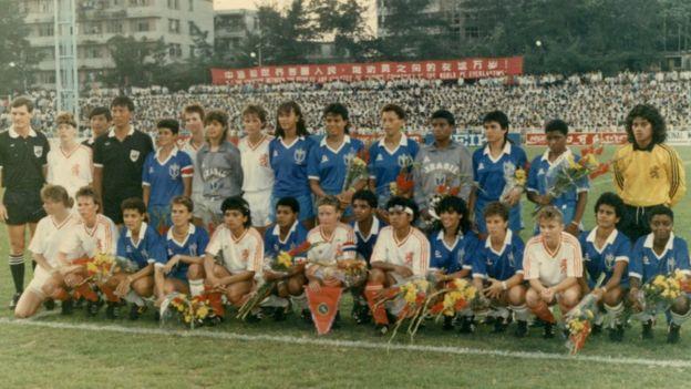 Equipe brasileira confraternizando com as holandesas antes de partida do Torneio Internacional da China em 1988