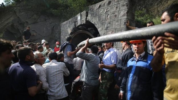 Coal miners and rescue workers gather at the scene following an explosion in a coal mine in Azadshahr (03 May 2017)