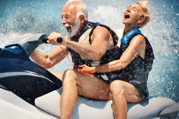Una pareja mayor andando en jetski