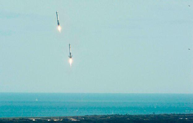 Ускорители Falcon Heavy совершают посадку во Флориде