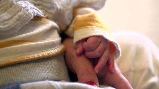 'Ter meu filho ainda comigo é muito incrível', disse Louise, que mora na Trevi House