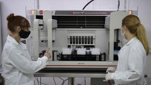 Dos investigadoras en el laboratorio.