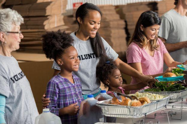 Unas personas sirviendo comida
