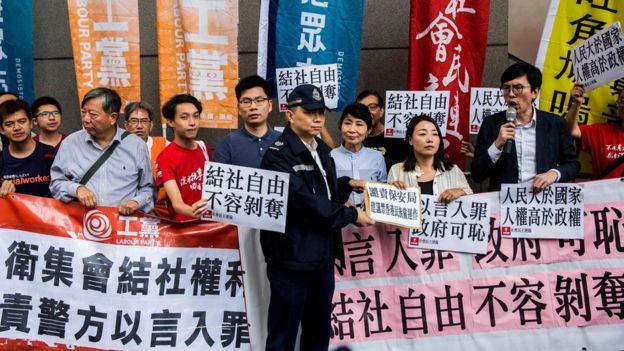 多名香港立法會議員和市民舉行遊行,抗議香港政府的計劃。