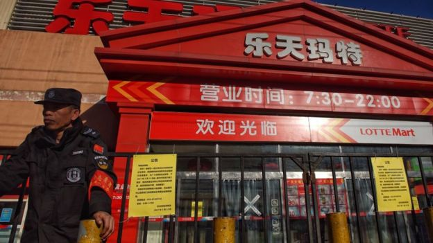 Un guardia de seguridad chino frente a un supermercado Lotte en Pekín, que fue cerrado en medio del conflicto por el THAAD.