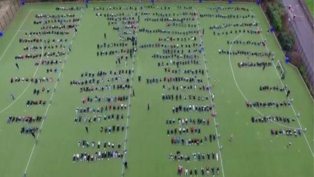 数百名打破世界纪录的参与者的鸟瞰图
