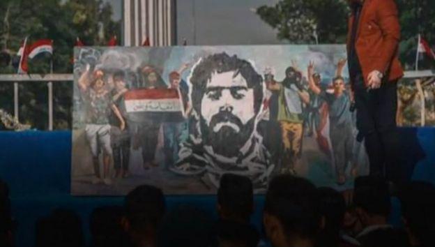 Un estandarte mostrando el rostro de al Saray en Irak.