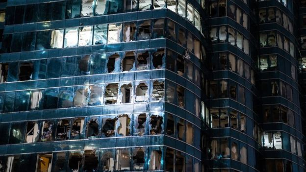 Rascacielos de Hong Kong con ventanas rotas