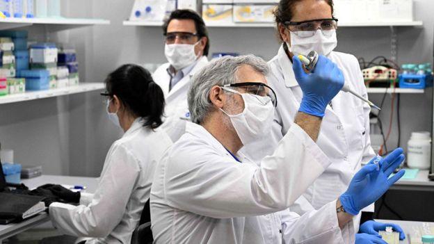 Técnicos investigan covid-19 en un laboratorio en Buenos Aires, Argentina.