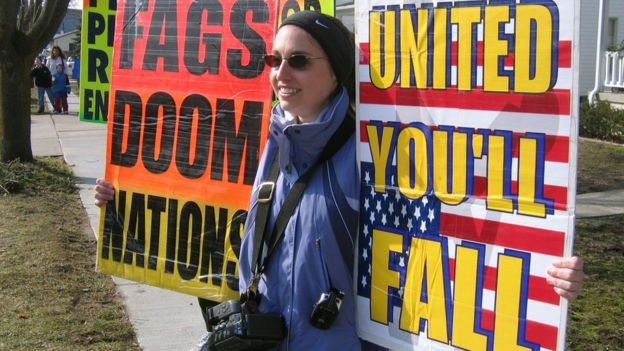ผู้ประท้วงต่อต้านเกย์ถือแผ่นป้าย ระหว่างการประท้วงที่จัดขึ้นโดยโบสถ์แบ็ปติสต์ในเมืองแคนซัส ปี 2006