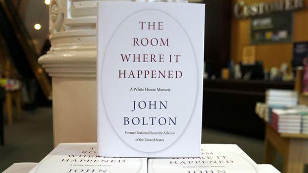 نقش بیضی روی جلد کتاب، اشارهای به اتاق کار رئیس جمهوری آمریکاست که به اتاق بیضیشکل معروف است