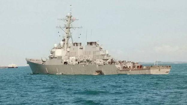 Hải quân Malaysia đưa ảnh trên Twitter cho thấy tàu USS McCain bị thủng một lỗ lớn bên sườn.