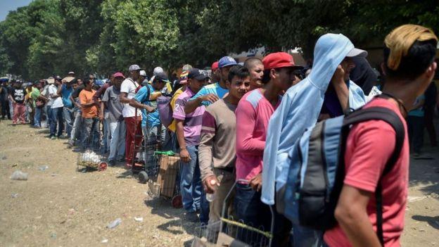 Refugiados venezolanos esperando entrar en Colombia