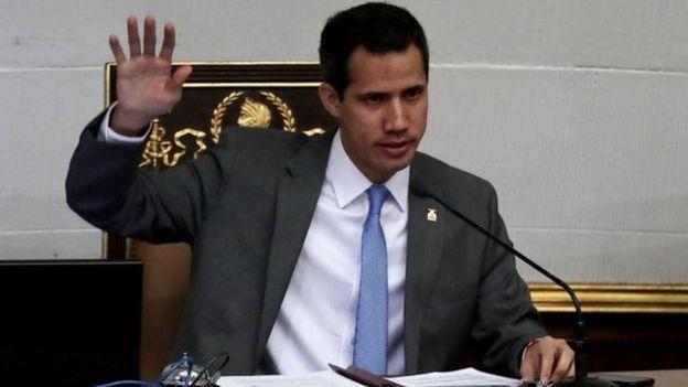 """Guaidó se proclamó presidente ante lo que considera """"usurpación"""" de Maduro."""