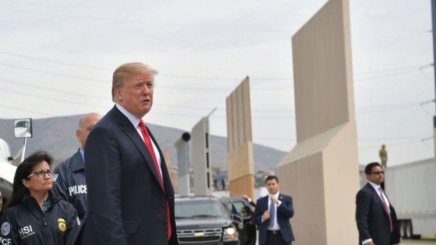 En marzo de este año, Donald Trump supervisó varios prototipos propuestos para construir un muro en la frontera con México.