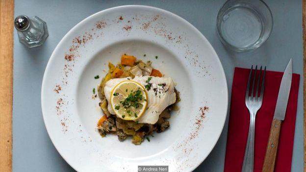 ناهار در رستوران - ماهی پولاک(ذغال ماهی) وسبزیجات در رستوران لوروبینه