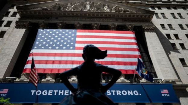 Niña y una bandera de EE.UU.