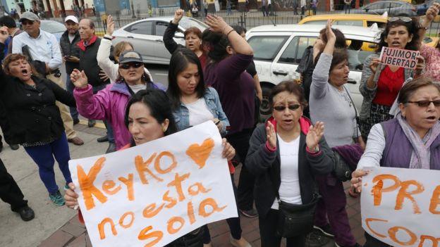 Simpatizantes de Keiko Fujimori afuera de la dependencia policial donde estuvo detenida el miércoles.