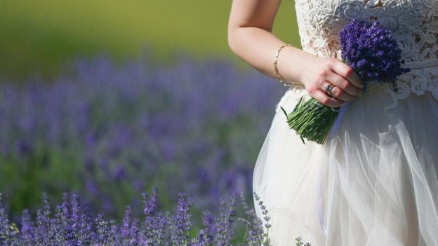فتاة ترتدي فستان الزفاف
