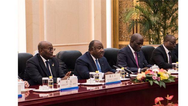 Le président gabonais Ali Bongo Ondimba, entouré de ses collaborateurs.