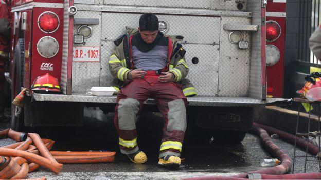 Bombero trabajando en el incendio en Nicolini.
