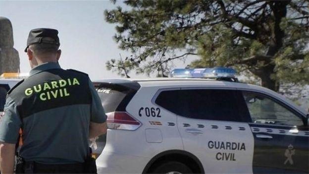 Oficiales de la Guardia Civil investigan la escena del crimen.