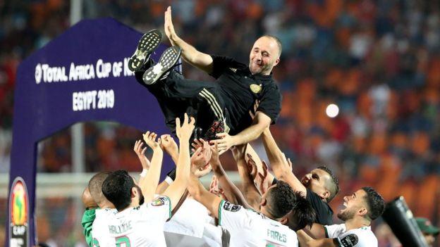لاعبو المنتخب الجزائري يحملون مدربهم احتفالا بالفوز